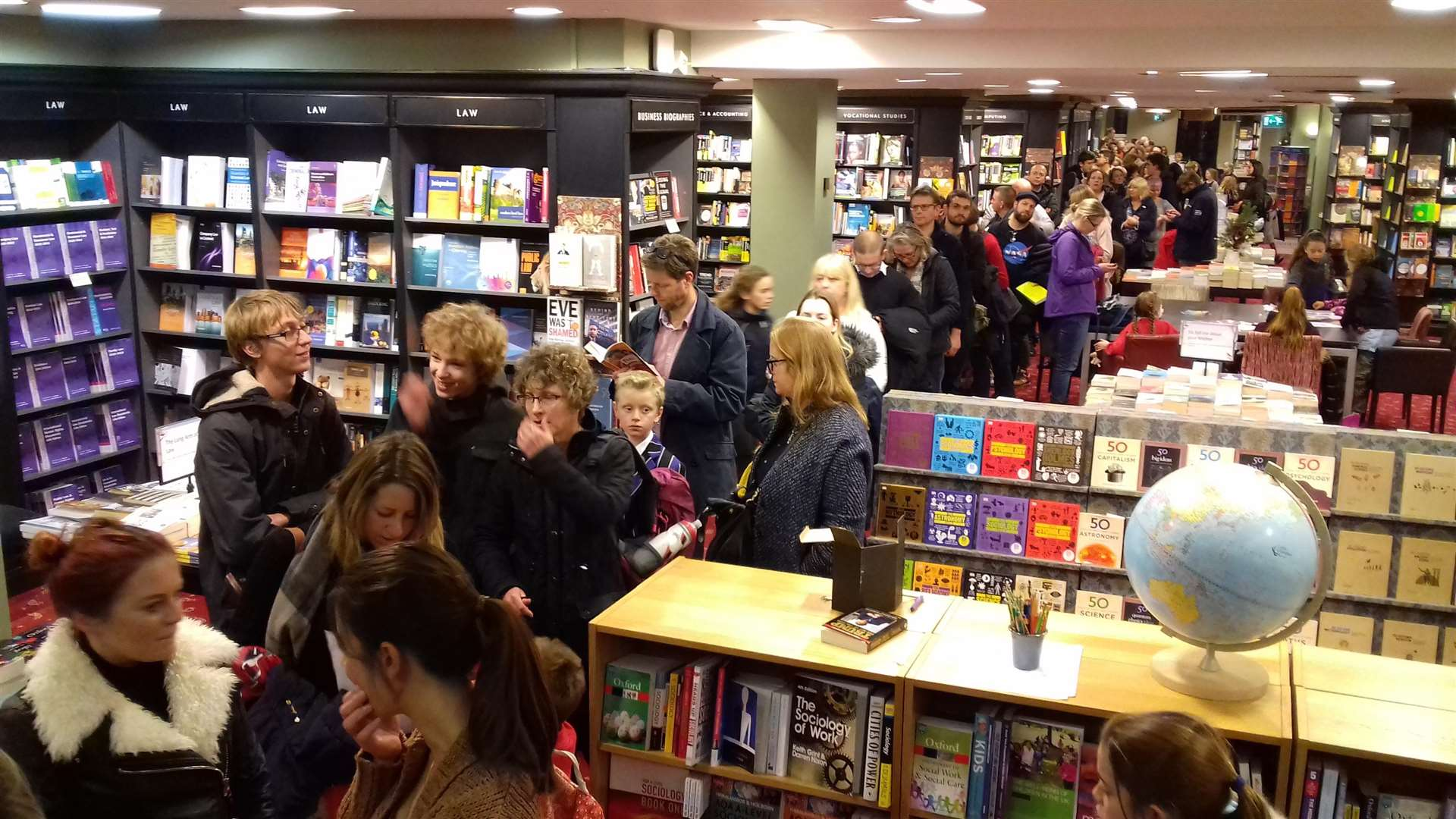 The queue at Waterstones (5689909)