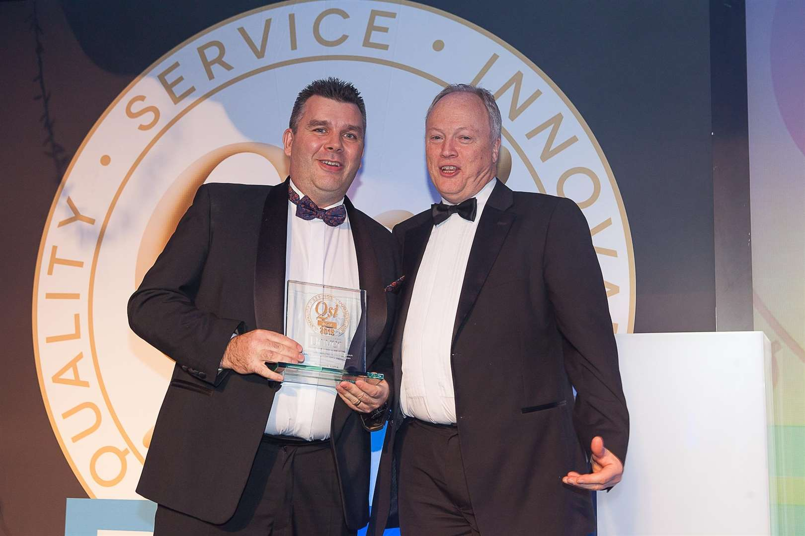 Airport Lynx CEO Steve Russell collects the large chauffeur operator of the year award at the 2018 Gold QSi Awards (5678639)