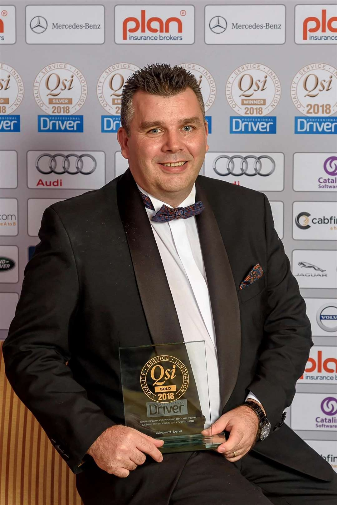 Airport Lynx CEO Steve Russell collects the large chauffeur operator of the year award at the 2018 Gold QSi Awards (5678637)