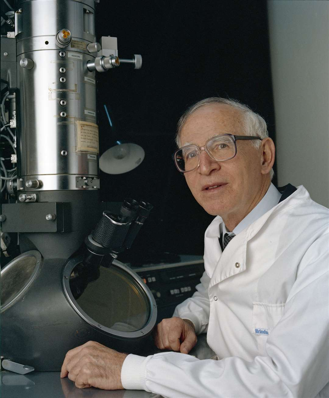 Aaron Klug with an electron microscope. Picture: MRC LMB (5725310)